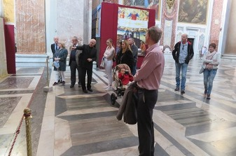 In the afternoon, visit to Santa Maria degli Angeli. Fr Rafael Pascual is explaining the Shroud exhibition present inside the church.